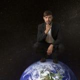 Человек на земле планеты стоковые изображения