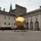 Человек на золотом шарике Стоковые Изображения RF