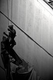Человек на здании стоковые фотографии rf