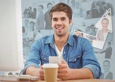 Человек на компьютере с кофе против изображений бизнесменов и стрелки Стоковое Изображение RF