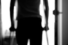 Человек на костылях Стоковая Фотография