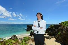 Человек на красивом пляже стоковое фото