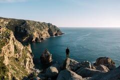 Человек на краю камня Стоковые Фото