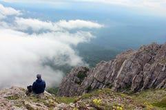 Человек на краю скалы Стоковая Фотография RF