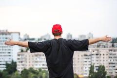 Человек на крыше стоковое фото rf