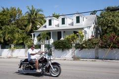 Человек на мотоцикле Harley Davidson Стоковая Фотография