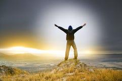 Человек на пике горы. Стоковое фото RF