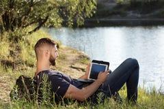 Человек на походе в природе используя цифровую таблетку Стоковая Фотография RF