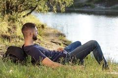 Человек на походе в природе используя цифровую таблетку Стоковые Изображения