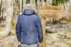 Человек на пустой информации подписывает внутри парк Стоковое Изображение