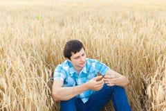 Человек на пшеничном поле Стоковое фото RF