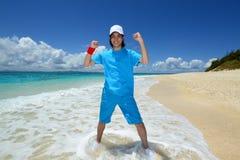 Человек на пляже наслаждается солнечным светом Стоковая Фотография RF