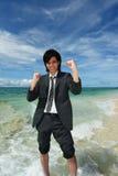 Человек на пляже наслаждается солнечным светом стоковые изображения rf