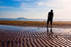 Человек на пляже Стоковые Фотографии RF