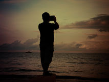 Человек на пляже стоковое изображение rf