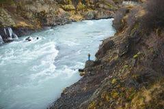 Человек на речном береге Стоковые Фотографии RF