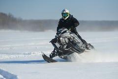 Человек на снегоходе в горе зимы стоковые фотографии rf