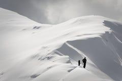 Человек на снежном гребне Стоковая Фотография RF