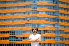 Человек на современной предпосылке фасада Стоковое Изображение