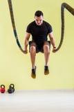 Человек на спортзале Стоковое Изображение RF