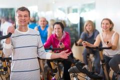 Человек на тренировке цикла фитнеса Стоковая Фотография RF
