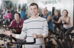 Человек на тренировке цикла фитнеса Стоковое Изображение RF