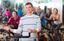 Человек на тренировке цикла фитнеса Стоковые Изображения