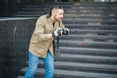 Человек на фотографировать улицы стоковое изображение rf