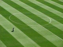 Человек на футбольном поле Стоковые Изображения RF