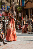 Человек на ходулях носит запятнанный кровью костюм в параде жулика дракона Стоковые Изображения RF