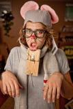 Человек нося костюм мыши получил поглощенным Стоковое Изображение