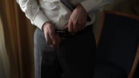 Человек нося поднимающее вверх пояса близкое видеоматериал