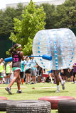 Человек нося пластичный шарик бежит шпицрутен пузыря на событии Атланты Стоковое фото RF