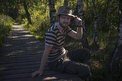 Человек нося шлем Стоковое Фото