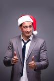 Человек нося santa в смешной праздничной концепции Стоковое Изображение RF