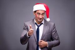 Человек нося santa в смешной праздничной концепции Стоковые Изображения