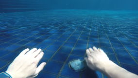 Человек ныряет и вытекает от бассейна вокруг гостиницы видеоматериал