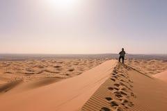 Человек обозревает дюны эрга Chebbi, Merzouga, Марокко Стоковое Фото