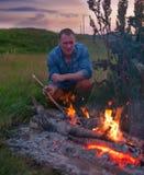 Человек около костра в природе Стоковая Фотография RF