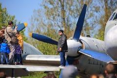 Человек около пропеллера воздушного судна турбовинтового самолета Стоковые Изображения RF