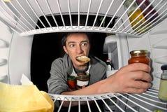 Человек около холодильника Стоковые Изображения