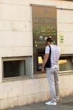 Человек около ATM в Пизе, Италии Стоковые Изображения RF
