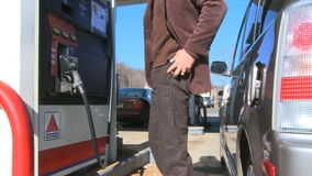 Человек оплачивает для газа и заправляет топливом его автомобиль акции видеоматериалы