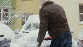 Человек освобождает снег от его автомобиля на улице в зиме, вид спереди, промежутке времени, акции видеоматериалы