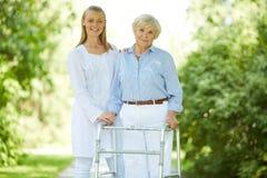 Человек осуществляющий уход и старшая женщина Стоковая Фотография