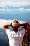 Человек ослабляет на краю скалы Конец ` мира, Шри-Ланка ` плато Стоковые Изображения