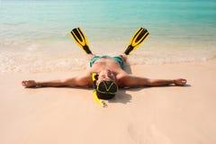 Человек, ослабляя в желтых черных ребрах и маске флипперов Стоковая Фотография RF