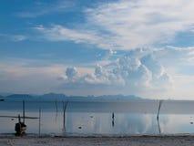 Человек ослабляя в море Стоковая Фотография