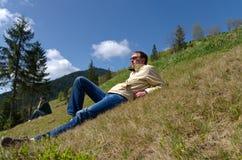 Человек ослабляя на крутой склон Стоковые Фотографии RF