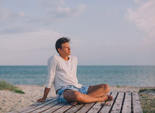 Человек ослабляя на пляже моря Стоковые Фотографии RF